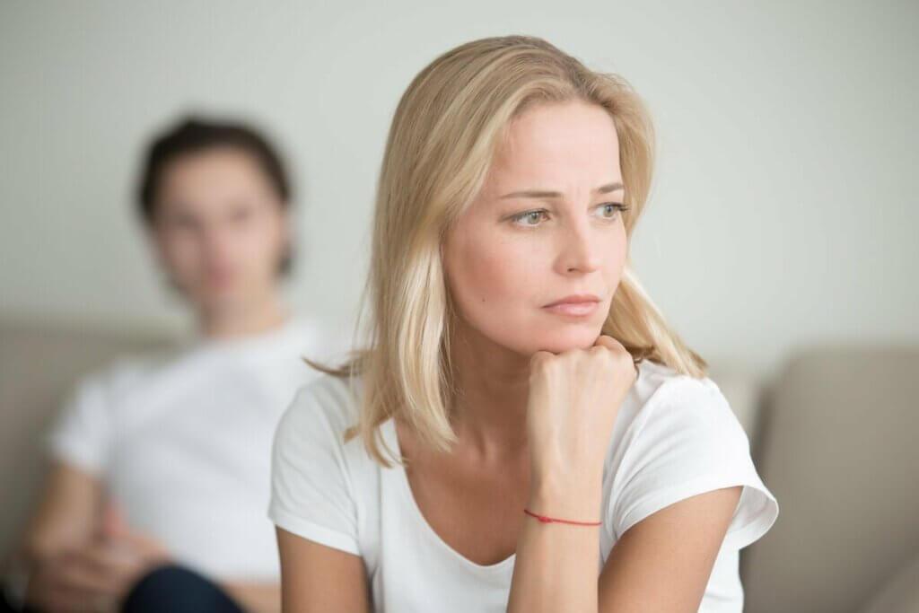 Eli çenesinde arkadaşıyla salonda oturan kadın