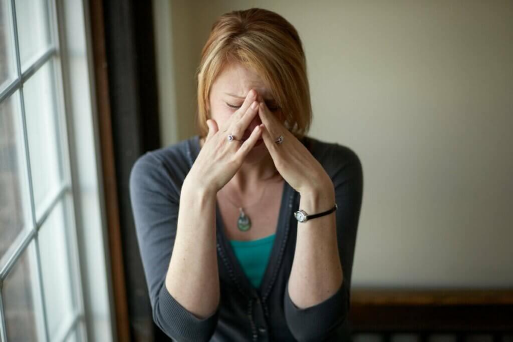 Duygusal krizle başa çıkmaya çalışan kadın