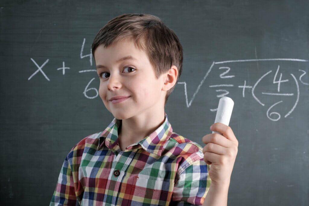 Tahtada bilinmeyenli denklem çözen çocuk