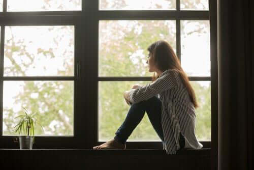 pencere önünde yalnız