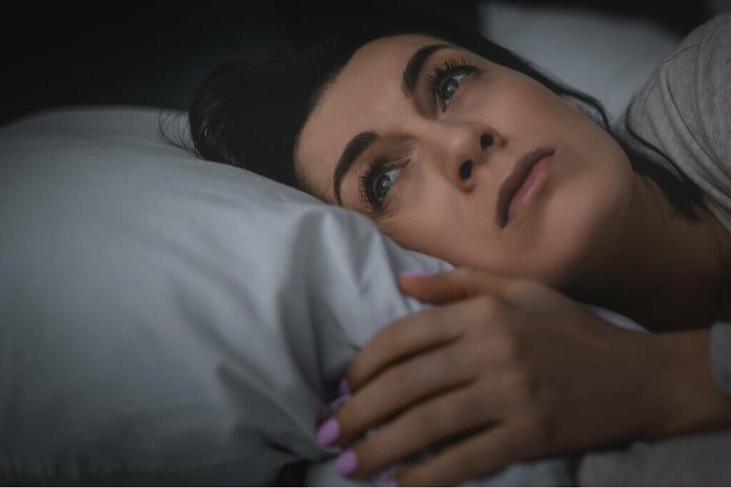 Uyku hormonları devreye girmemiş uyanık kadın