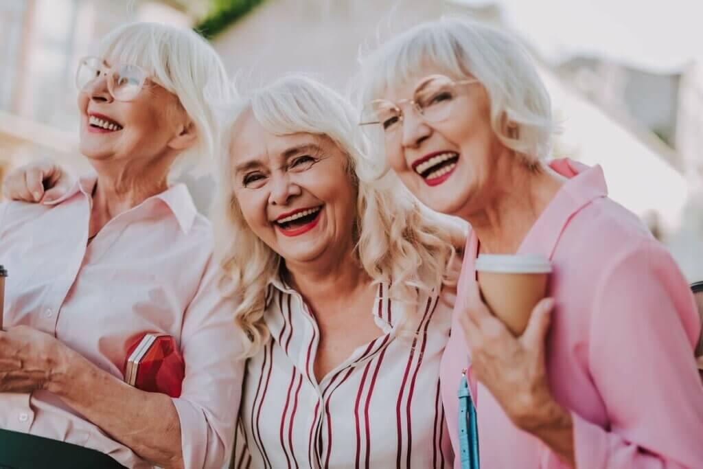 Yaşlı gençler ve neşeli kadınlar.