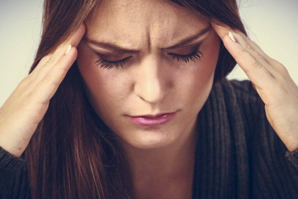 başı ağrıyan bir kadın