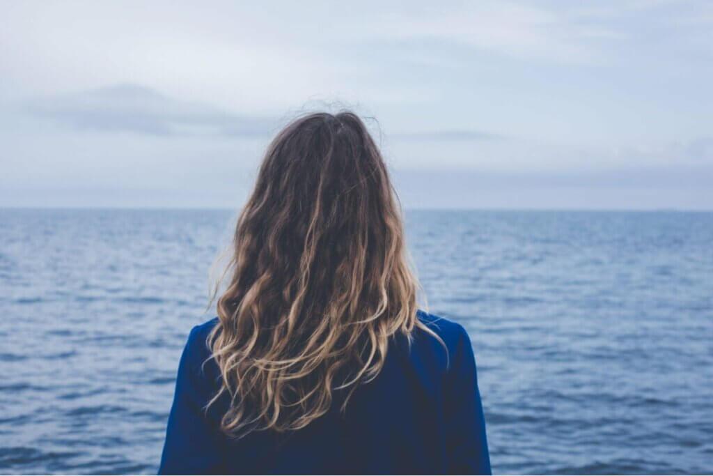 denize bakan bir kadın