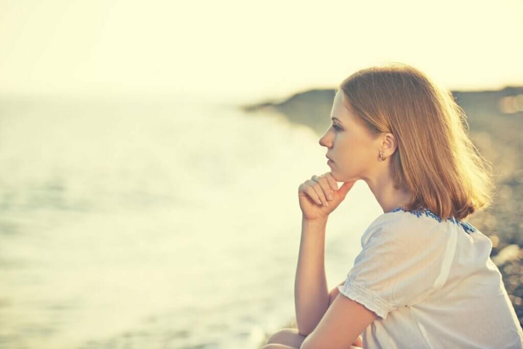 düşünen kadın denize bakıyor
