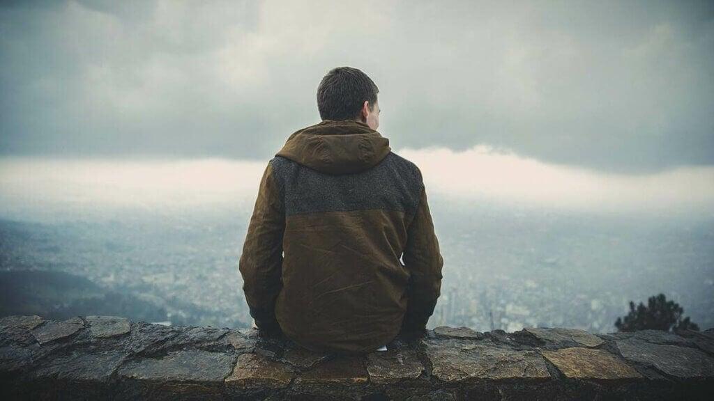 duvarda oturan bir adam