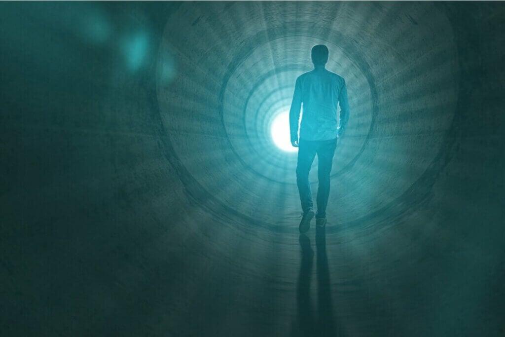 ışığa doğru yürüyen adam