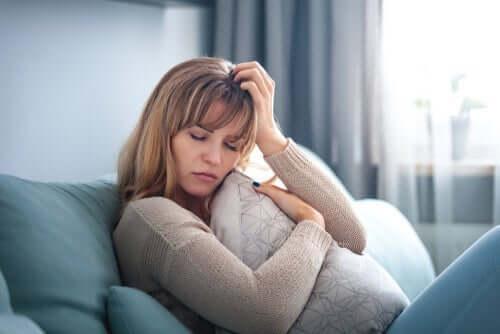 ayrılık acısı çeken kadın
