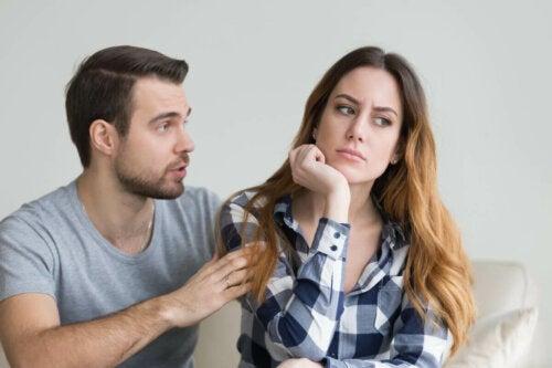 narsistik kıskançlık yüzünden kavga eden çift