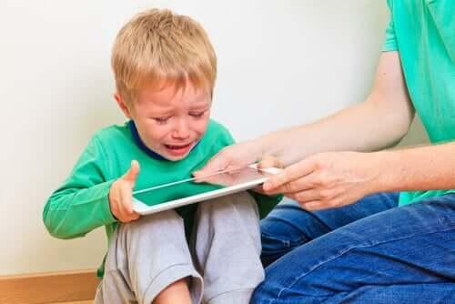 ağlayan çocuk ve tablet