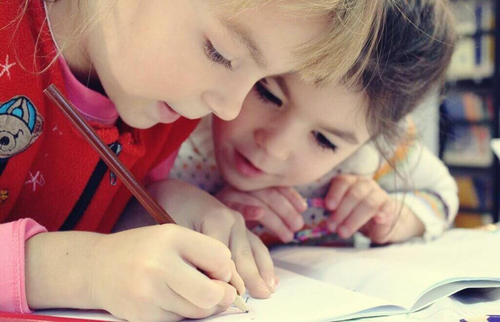 birlikte ders çalışan çocuklar
