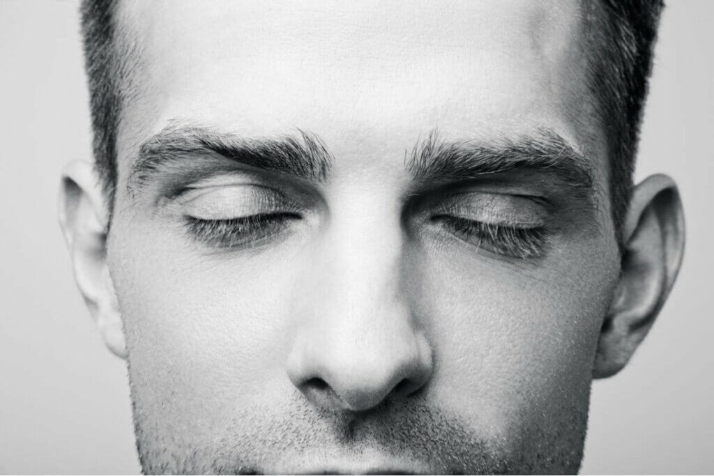gözleri kapalı bir adam