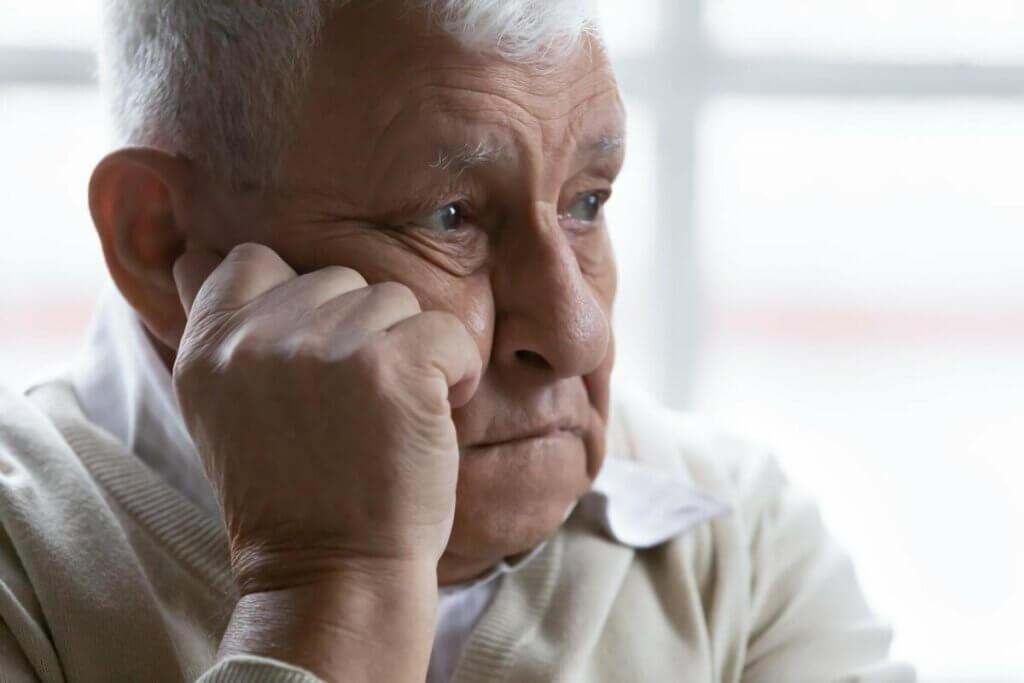 hatırlamaya çalışan yaşlı bir adam