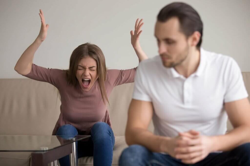 kızgın kadın bağırıyor