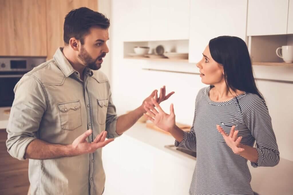 sorunlu adam eşiyle tartışıyor