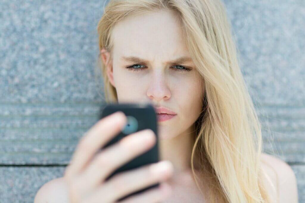 telefona bakan bir kadın