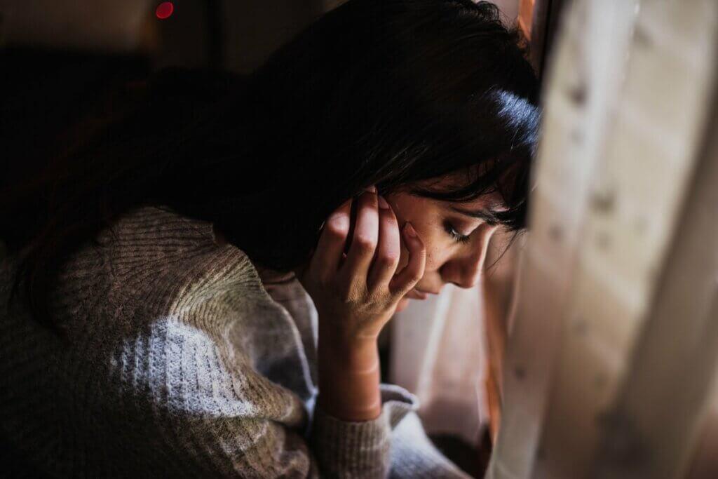 üzgün kadın düşünüyor