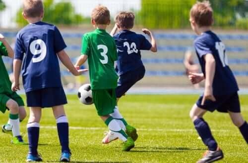 Futbol oynayan gençler.