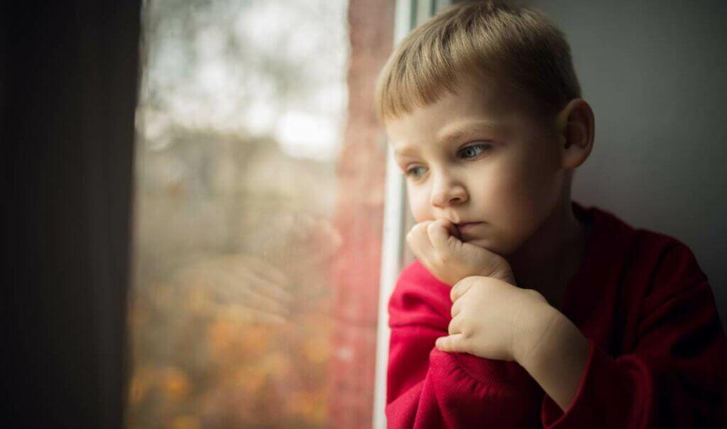 gaslighting cam kenarında izole çocuk