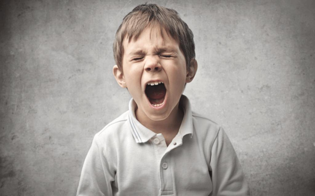 itaatsiz çocuk bağırıyor