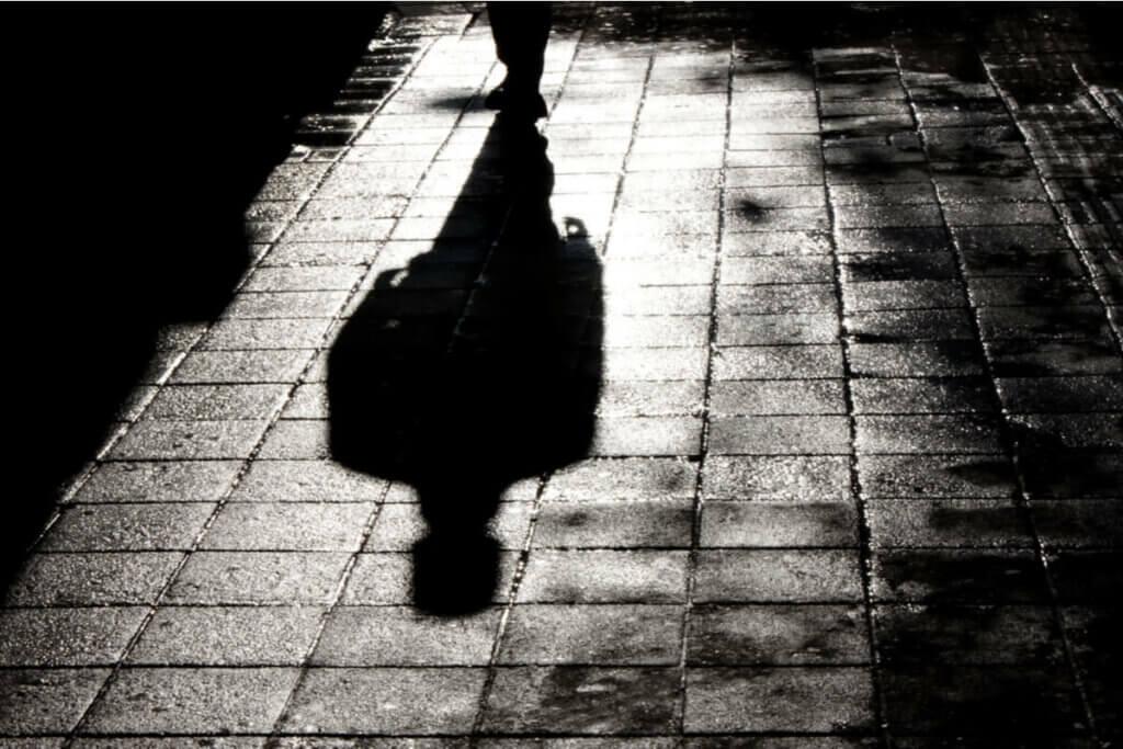 karanlıkta yürüyen adam silüeti