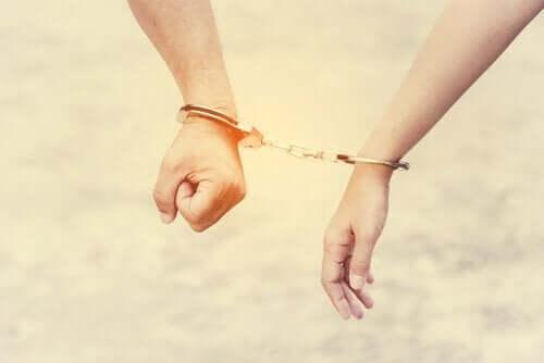 Aşırı talepkar ilişkilerde bağlılık problemi