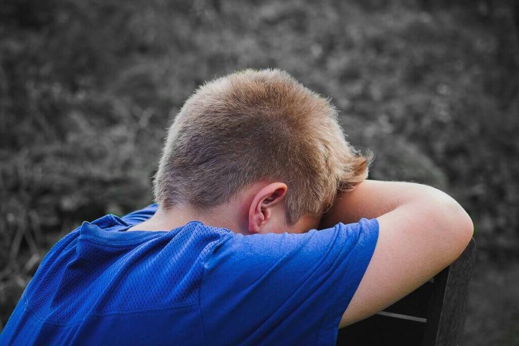 kapanmış ağlayan üzgün çocuk