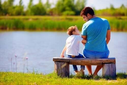 bankta oturan baba oğul