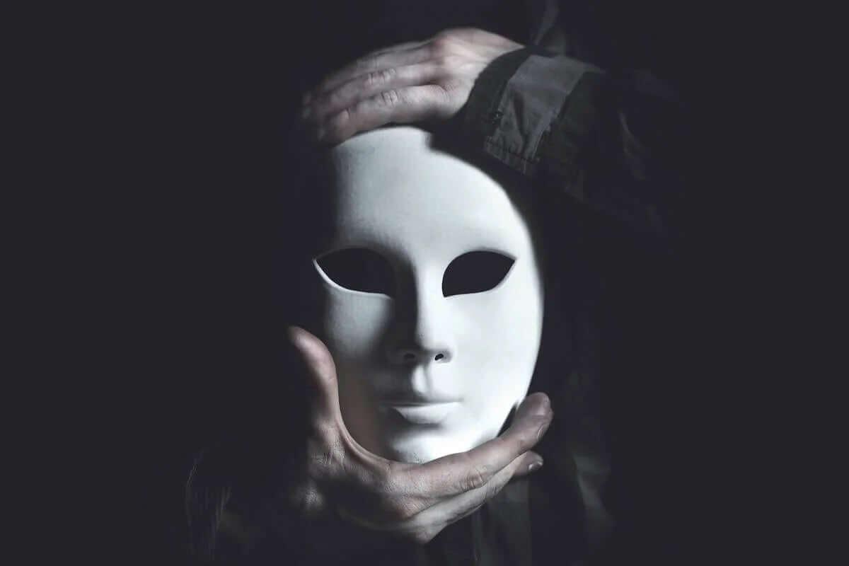 beyaz maske tutan eller