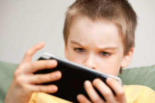 telefonuyla oynayan oğlan çocuğu