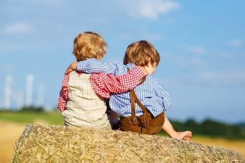 sarılan iki küçük çocuk