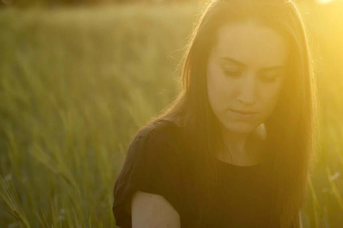 güneşte oturan kadın