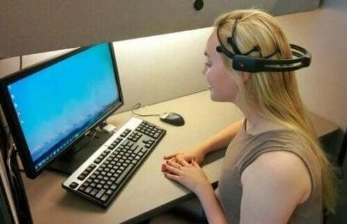 bilgisayarı beyin dalgalarıyla kontrol eden kadın