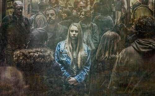 kalabalıkta yanlız başına duran kadın