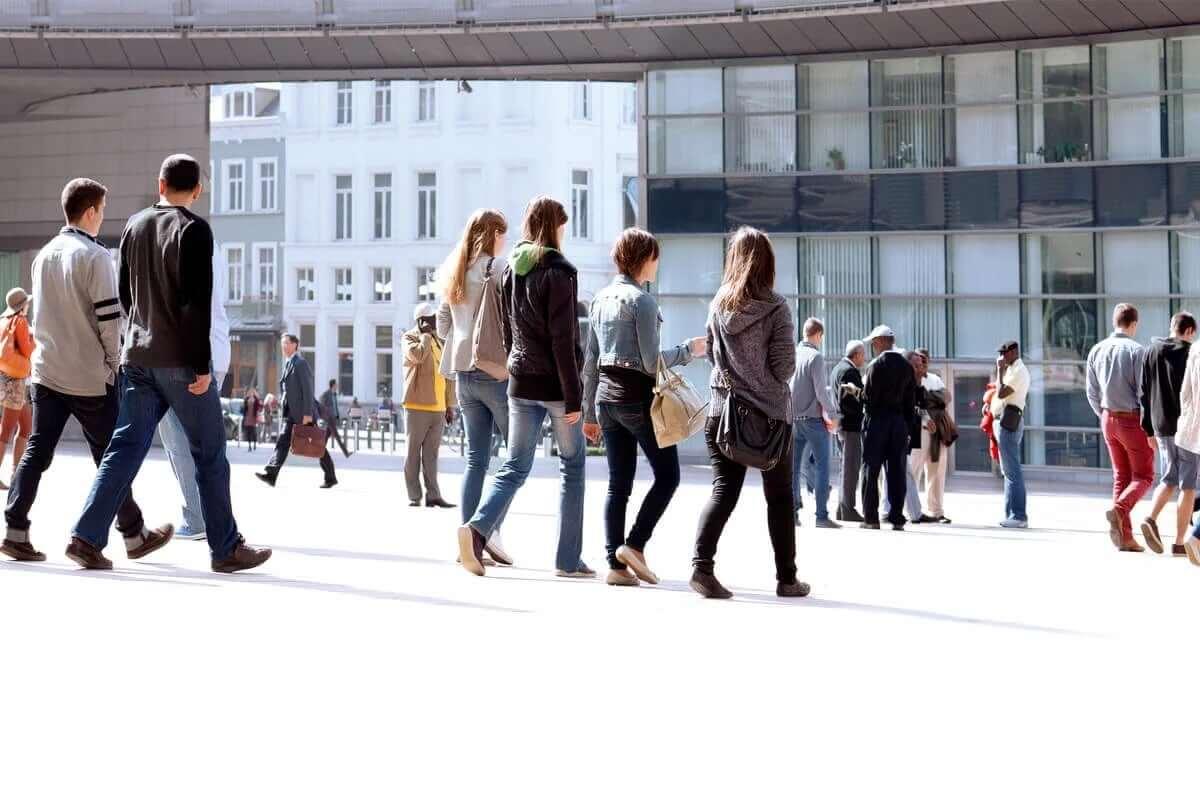 iş çıkışı yürüyen insanlar