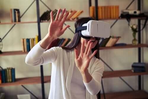 sanal gerçeklik gözlükleriyle aktivite yapan kadın