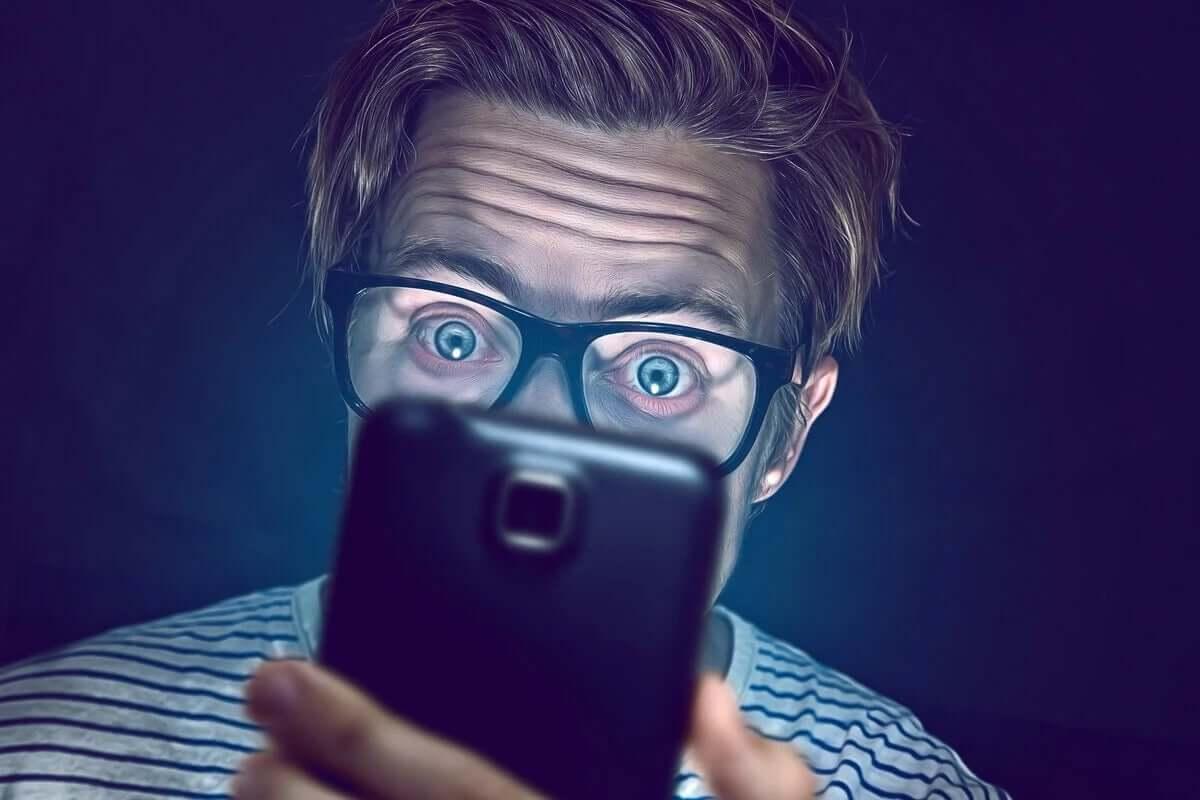 telefonuna bakan adam