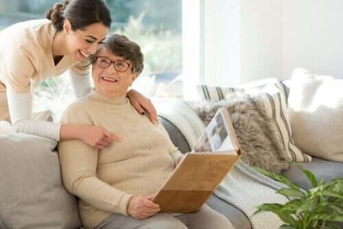 fotoğraflara bakan yaşlı kadınla konuşan genç kadın