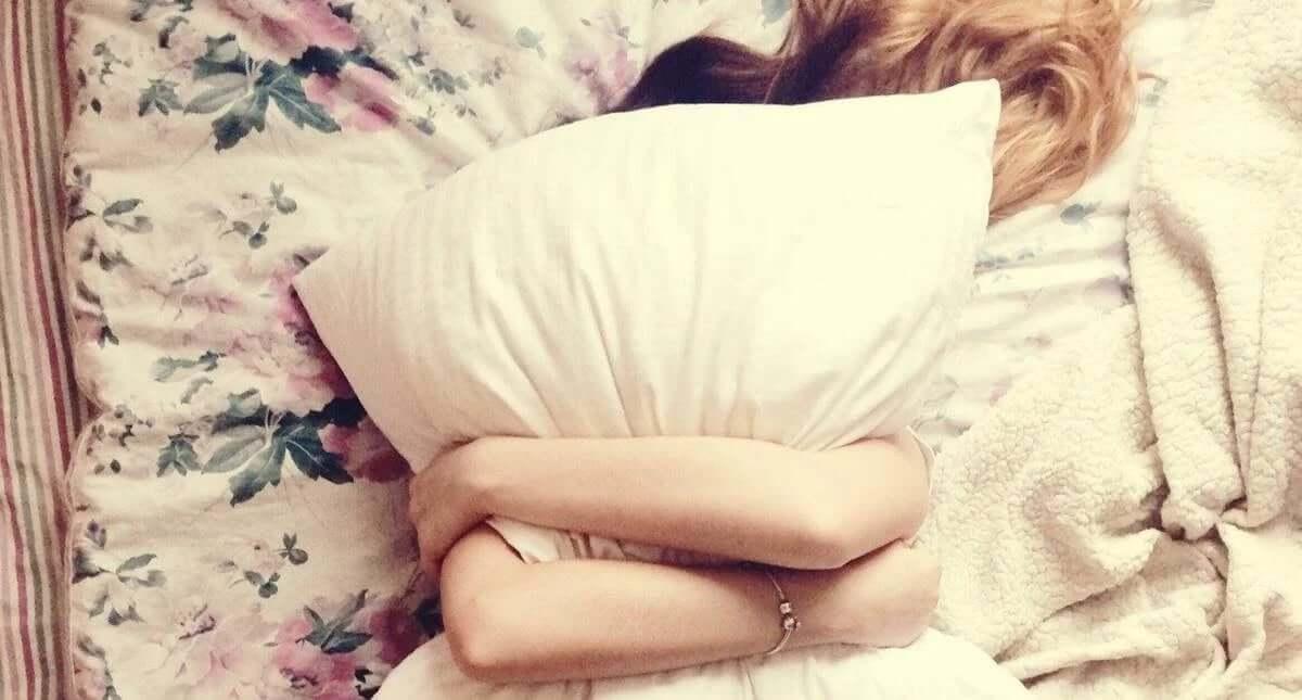 yastığa sarılan kadın