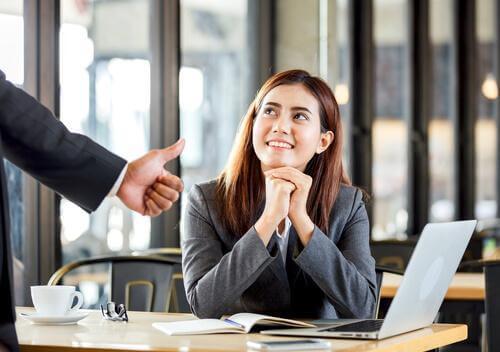 işyerinde onaylanan kadın