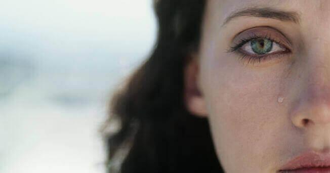 gözünden yaş gelen yarım kadın suratı