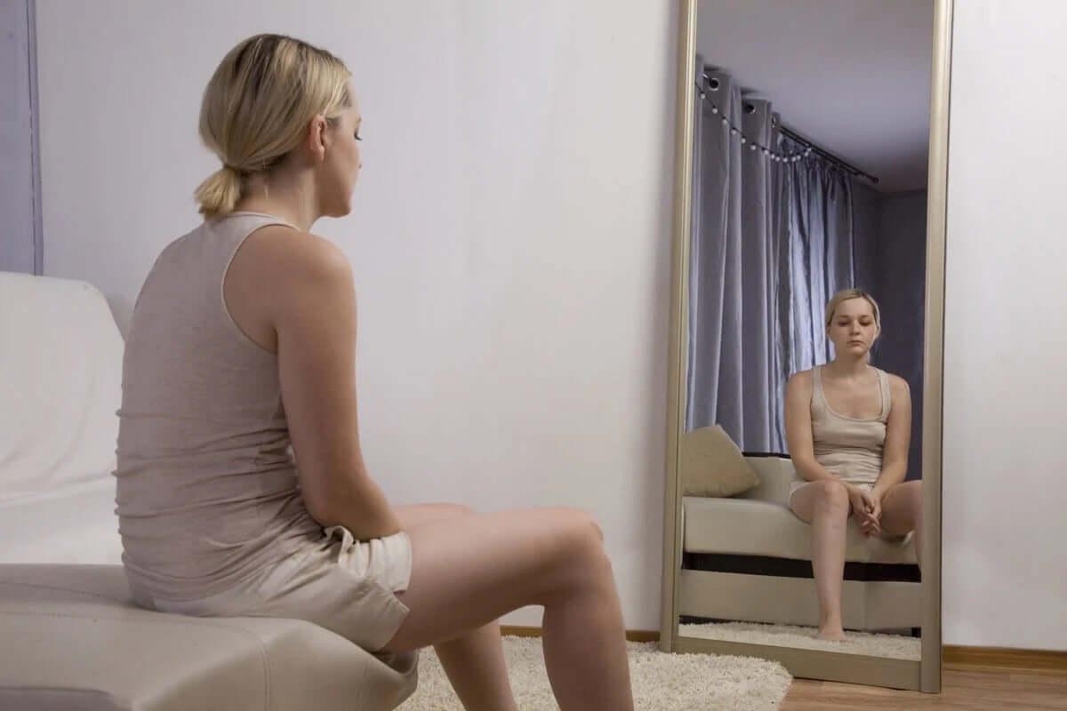 aynanın önünde oturan kadın