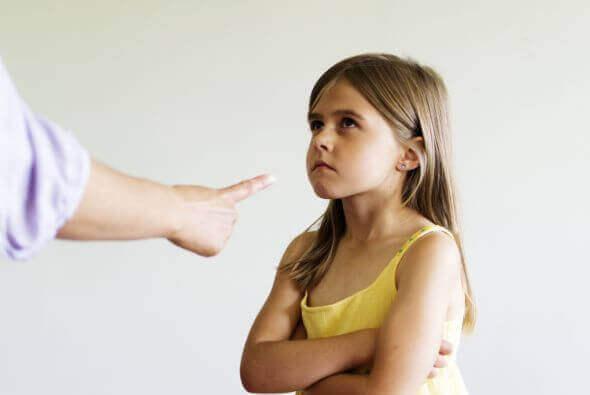 işittiği azarı kollarını kavuşturmuş dinleyen inatçı kız