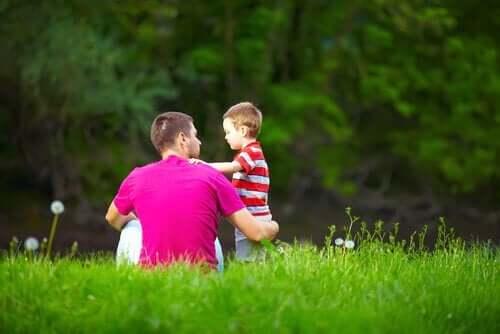 çimlerde oturan baba ve oğlu