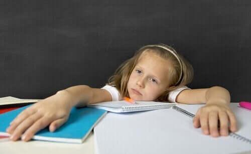 ödevinden sıkılmış küçük kız