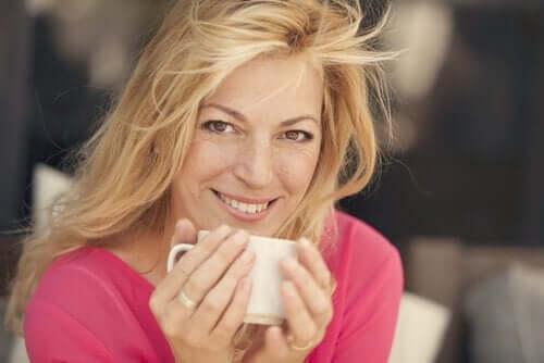 kupasını tutarak gülümseyen kadın