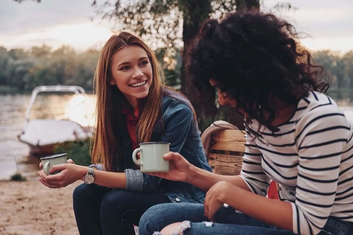 birer bardak içecekle muhabbet eden dostlar