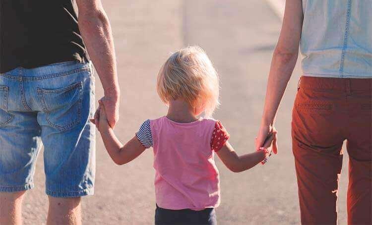 anne babasının ellerini tutan çocuk