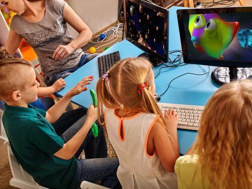 masada yan yana bilgisayar oynayan çocuklar