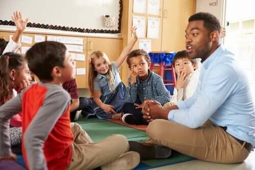 öğrencileriyle konuşan öğretmen